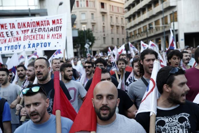 Mens det græske parlament onsdagskulle tage stilling til låneaftalen, demonstrerede grækerne i Athen mod de hårde sparekrav.