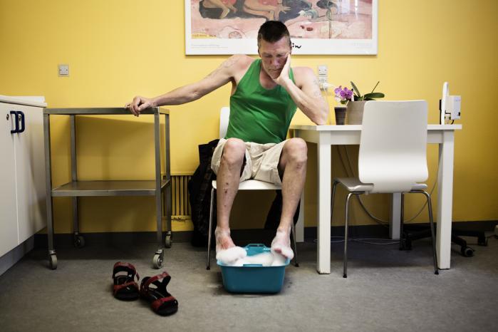 Efter at have overnattet på Natcafeen på Sundholm, starter Brisling dagen med at gå forbi Klinikken, hvor han får et skummende fodbad. Sygeplejersken sørger også for at smøre hans fødder ind i creme. »Det er et pissefedt sted. Jeg kommer, når jeg har det ad helvede til. Her får jeg sympati og medlidenhed,« siger han.