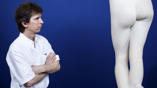 De feminine former er bløde, runde og decideret tillokkende, hvis man spørger professor Giles. Havde statuen stået på gaden, havde den formentlig haft aftryk af hænder på balder og bryster. På bronzestatuer kan man tit se, at statuerne er slidt omkring de intime dele af kroppen.