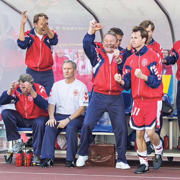 Det er ikke selve kampene, der fascinerer instruktør Kasper Barfoed (i midten), men historien bag – landstrænerens upopularitet og spillernes modvilje. Dét gør EM-triumfen til noget særligt, mener han
