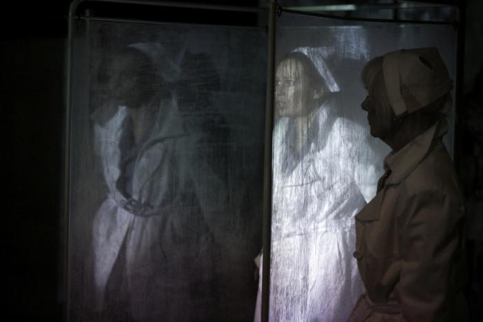 Bodil Sangill og Lykke Sand Michelsen imponerer i Bådteatrets dramatisering af Peter Tudvads biografi over en stærk kvinde, der ser sin egen fortid i øjnene som sygeplejerske for de tyske nazister i Berlin.