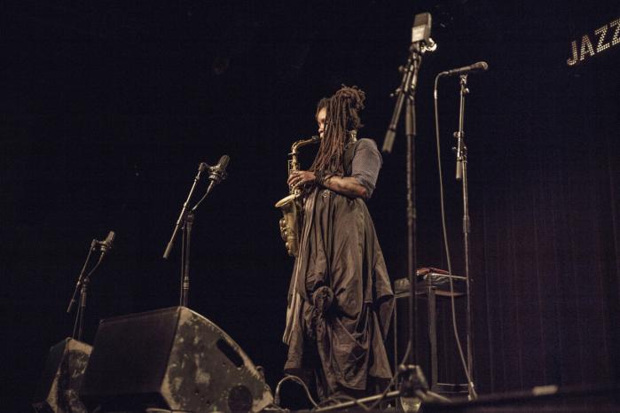 Den amerikanske komponist, musiker og historiefortæller Matana Roberts underholdt i weekenden publikum på Jazzhouse kun ved hjælp af sin altsaxofon og sit talent for at fortælle historier. Resten af hendes udstyr var gået tabt under flyveturen.