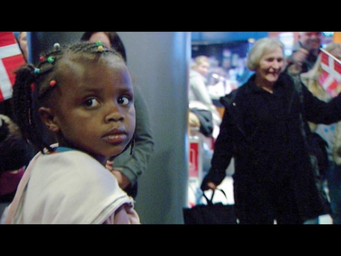 Historien om Masho fra Etiopien genfortælles i bogen. Mashos skæbne blev skildret i Katrine W. Kjærs dokumentarfilm 'Mercy Mercy – Adoptionens pris'. Adoptionen gik helt galt, så Masho bor i dag på børnehjem i Danmark.