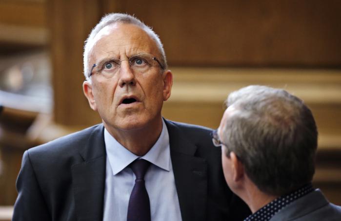 Beskæftigelsesminister Jørn Neergaard Larsen (V) erkender, at man endnu ikke »har fundet de vises sten«. Han mener dog ikke, at en løsning er at give kommunerne længere tid