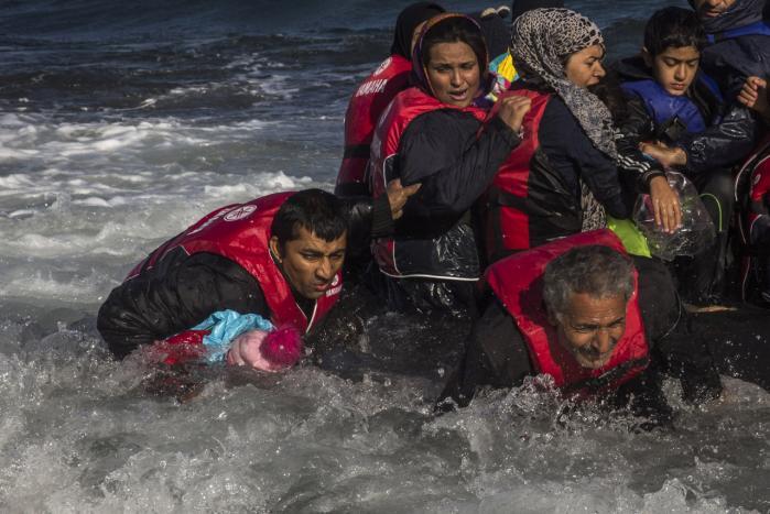 En gruppe afghanske flygtninge ankommer til den græske ø Lesbos efter at have krydset havet fra Tyrkiet. Nu vil den danske regering stramme asylreglerne, så færre af de flygtninge, der ankommer til EU, vil søge mod Danmark.
