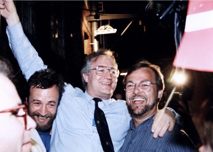 Glæde blandt EU-modstandere over sejren ved folkeafstemningen den 2. juni 1992 om EU-unionen. Ebbe Kløvedal Reich (t.v.) sammen med Jens-Peter Bonde (midten) og Ole Sohn (t.h.) på Café Rust på Nørrebro.