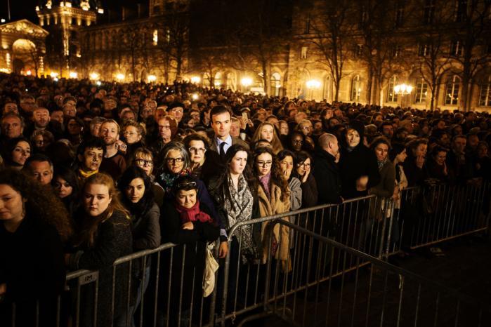 Folk var søndag samlet uden for Notre Dame for at mindes ofrene for terrorangrebet fredag. Terrorangrebet vil få Europas regeringer og sikkerhedstjenester til at skærpe overvågningen af hjemvendte Syriens-krigere og styrke registreringen af flygtninge, vurderer ekspert.