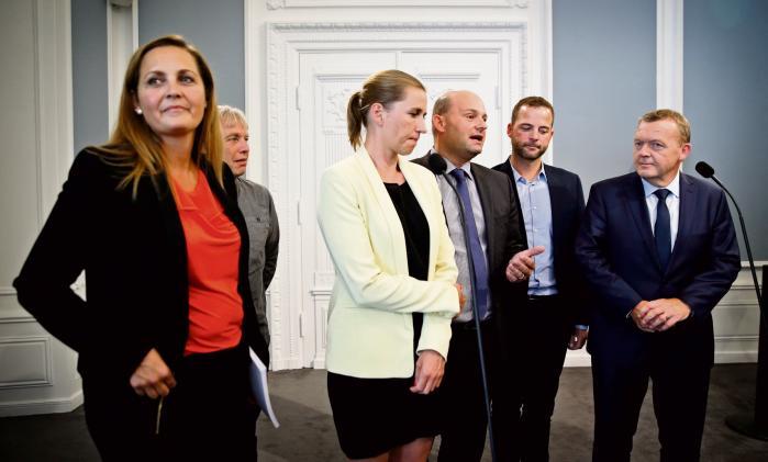 Fem partier: Socialdemokraterne, Radikale Venstre, Venstre, SF og Det Konservative Folkeparti besluttede allerede for et år siden, at det eksisterende retsforbehold skal ændres til en tilvalgsordning. Her Pia Olsen Dyhr (SF), Uffe Elbæk (AL), Morten Østergaard (R), Mette Frederiksen (S), Søren Pape (K) og Lars Løkke Rasmussen (V) i august, da de annoncerede afstemningen den 3. december.