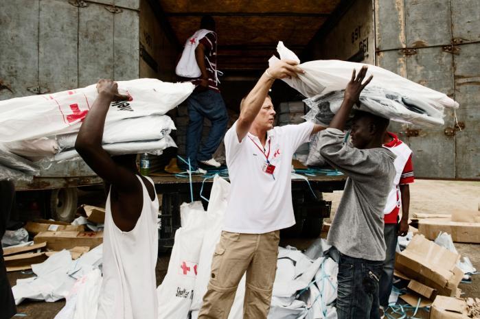 En Røde Kors-medarbejder deler nødhjælp ud på Haiti. Ifølge et nyt amerikansk studie er særligt aktivister i farezonen for at udvikle udbrændthed, bl.a. fordi der ikke er en kultur, der fordrer, at man taler om stress. Arkiv