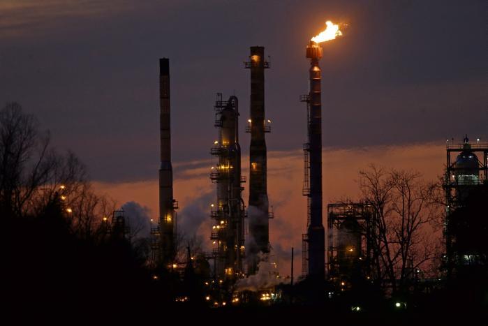 Exxon Mobil raffinaderiet ved St. Bernard Parish, Louisiana. På en stormfuld generalforsamling i MP Pension i foråret henstillede et flertal til pensionsselskabets bestyrelse at afvikle investeringer i bl.a Exxon. Nu få dage før dens afgang, har den afgående bestyrelse fremlagt en rapport, der taler for at bevare investeringerne.