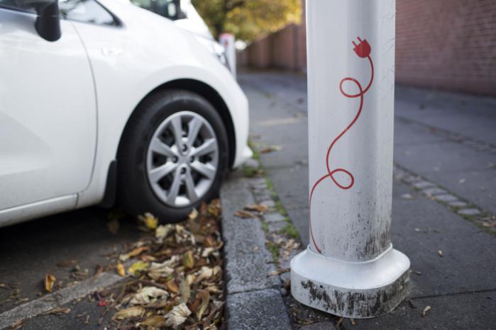 Ifølge bilimportørerne er der solgt i alt 4.013 elbiler i Danmark i år, men usikkerheden om registreringsafgiften på elbiler dæmper efterspørgslen. Samtidig var antallet af solgte benzindrevne personbiler i år omkring 190.000.