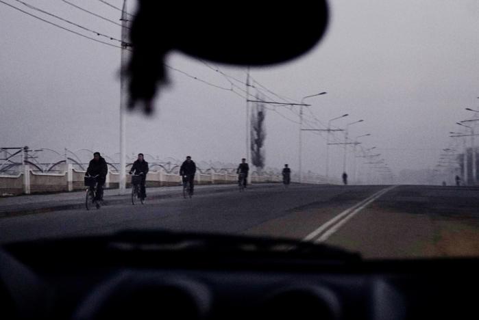 Nordkoreanere på vej på arbejde i Pyonyang tidligt om morgenen. Selvom Nordkoreas våbenstyrke er vokset voldsomt i de senere år, ved man reelt meget lidt konkret om landets atomvåbenprogram.