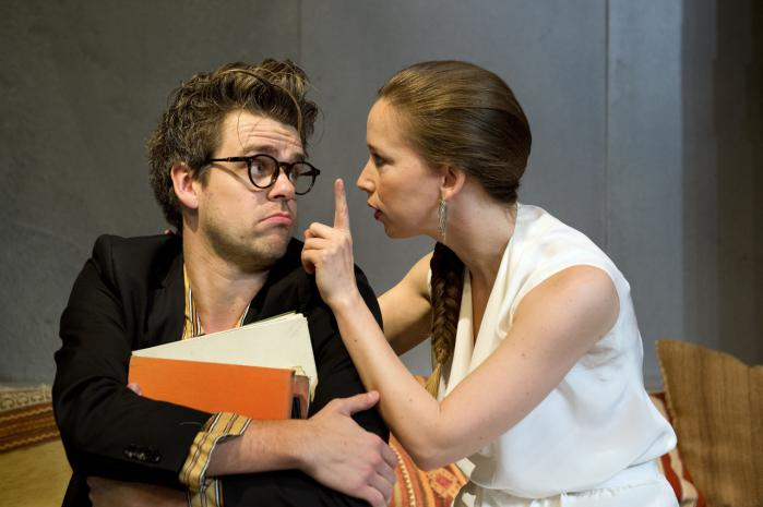 Aalborg Teater lover selv, at det tyske stykke 'Vi elsker og ved ingenting' er underholdende. Men rigtig sjovt bliver det ikke, selv om skuespillerne gør, hvad de kan.