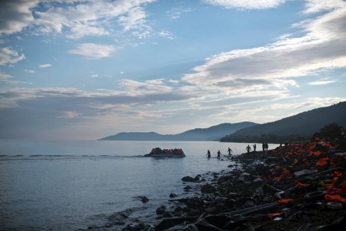 En af sidste års mange både med flygtninge og migranter ankommer til den græske ø Lesbos. Den svenske forfatter Stefan Jonsson har genlæst den græske tragediedigter Aischylos' stykke 'De asylsøgende kvinder', den ældste tekst, der findes om flygtninge og asylret – den har stadig har relevans i dag.