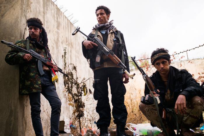 Modstandsfolk i Taiz – der er i alliance med Det Muslimske Broderskab – har ligesom befolkningen i den belejrede sydyemenitiske by meget sparsom adgang til fødevarer og medicin. De lokale joker sarkastisk med, at byen snart må vinde en miljøpris, fordi ingen længere har råd til det beskedne udbud af el og benzin.