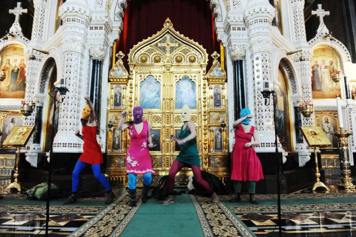 Pussy Riot under den punkbøn i Frelseren Kristus-Katedralen i Moskva, der endte med at koste to medlemmer to års fængsel.