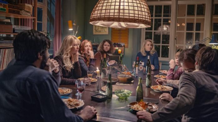 Vinterberg vil med sin nye film skabe en længsel efter kollektivets vildskab. Kulturredaktionen anmelder 'Kollektivet' kollektivt