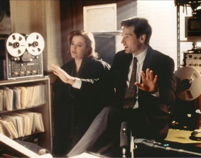 På den ene side bød de gamle afsnit af 'The X-Files' på afsluttede mysterier, men på den anden side bød de også på en gennemgående mytologi, som byggede på mistillid til en regering, der løj for sine borgere.