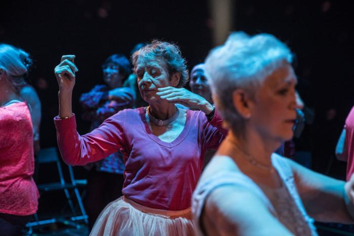 Det lykkedes for instruktøren Tue Biering at gøre 'Staying Alive' på Det Kongelige Teater til et fængende møde med 36 personer. De havde det tilfælles, at de elskede at danse – og at deres kroppe var ved at være gamle.