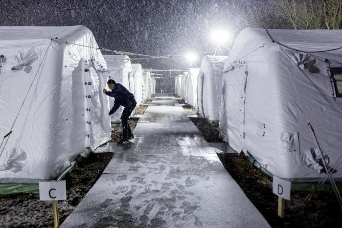 De danske teltlejre rummer et vigtigt budskab til de udmattede flygtninge, skriver Carsten Jensen: 'Du har vandret i cirkler og er endt i den samme teltlejr, du flygtede fra. Teltet er din skæbne.'