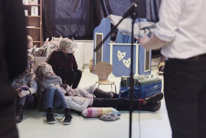 Den norske børnebogsforfatter og illustrator Stian Hole holder foredrag på Københavns Hovedbibliotek. Selv om ikke alle mener, at bøgerne bør læses af børn, er hans unge tilhørere begejstrede.