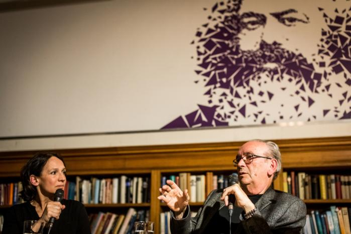Den 79-årige succesforfatter Celino Bleiweiß bliver interviewet på Salon Karl-Marx-Buchhandlung.