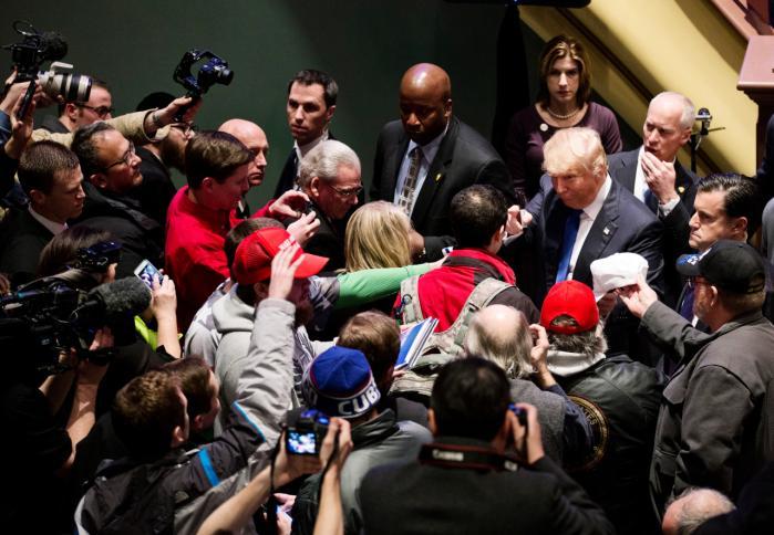 Donald Trump fik masser af medieomtale ved at boykotte Fox News' tv-debat i Des Moines, Iowa, og i stedet arrangere sit eget show et andet sted i byen.