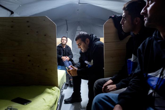 'Socialdemokraterne har indledt et samarbejde med Dansk Folkeparti om at opføre flygtningebarakker til de nytilkomne flygtninge uden klar sammenhæng med det lokale liv i øvrigt,' skriver dagens kronikør.