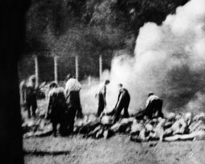 Udsnit af foto af Sonderkommando optaget i Auschwitz-Birkenau 1944. På fotografiet ses nogle af de jøder, der arbejdede ved krematorierne i koncentrationslejren. Fotografiet er ét af de fire såkaldte Sonderkommando-fotografier, som blev taget med et indsmuglet kamera af et medlem af kommandoen
