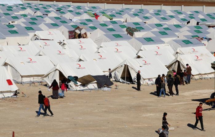 Hvis Europa oversvømmes af nye bølger af flygtninge, er det til Ruslands fordel, mener dagens kronikør. Lige nu er titusinder mennesker på flugt mod Tyrkiet og Europa, efter regeringsstyrker har angrebet den nordlige syriske by Aleppo. På billedet ses en midlertidig flygtningelejr i det nordlige Syrien tæt på den tyrkiske grænse.