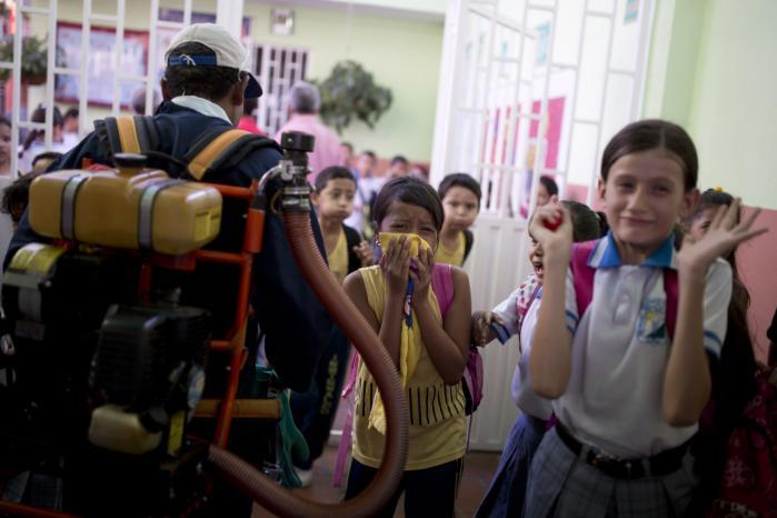 Colombianske skoleelever laver sjov med, at der kommer en kommunal medarbejder og giftsprøjter mod myg og dermed zikavirus på deres skole i Cucuta i Colombia, som er det værst zikaangrebne land p.t.