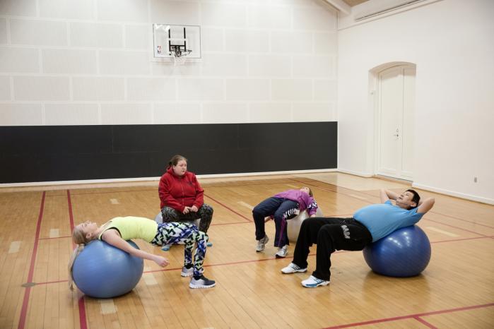 Længst til venstre: For nogle af Birkehus' patienter er motion en fast del af dagen. Ergoterapeut Helle Schwensen (i lilla træningsjakke) laver øvelser med Stella, Maria og Jonas.