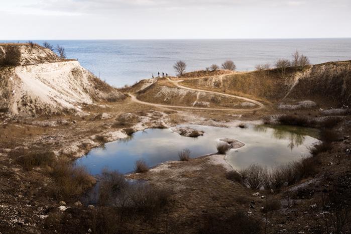 Lystfiskere nær Stevns klint. Forbedringen af det danske vandmiljø har været længe undervejs, men der er langt til, at man kan leve op til EU's krav, og eksperter er skeptiske omkring, hvorvidt den danske regering endda kan leve op til den udsættelse, regeringen har erkendt, dens nylige ændringer vil resultere i