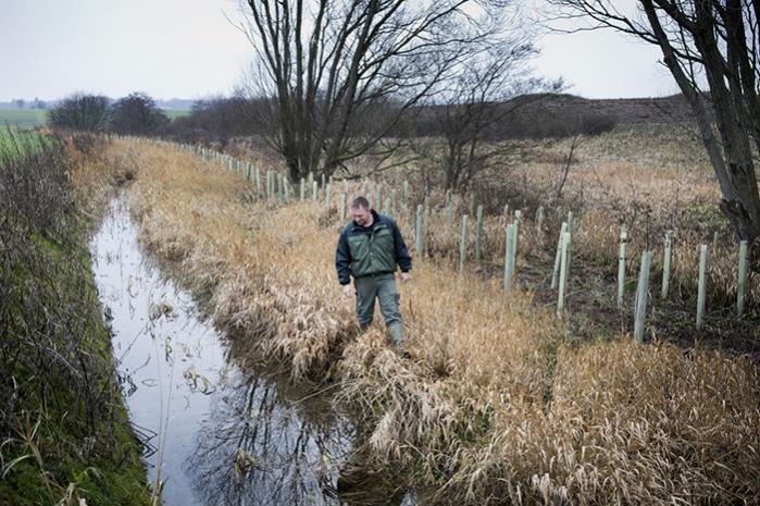 Landbrugspakken skulle vedtages med hast , så landmændene kan hælde mere gødning på markerne til foråret (arkivfoto)