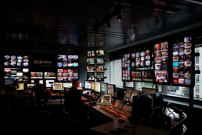 Når de store mediehuse tillader timelange spekulationer mellem journalister og kommentatorer på live-tv, er det med til at forvrænge seernes opfattelse af nyheder, begivenheder og historisk tid, mener Peter Nielsen