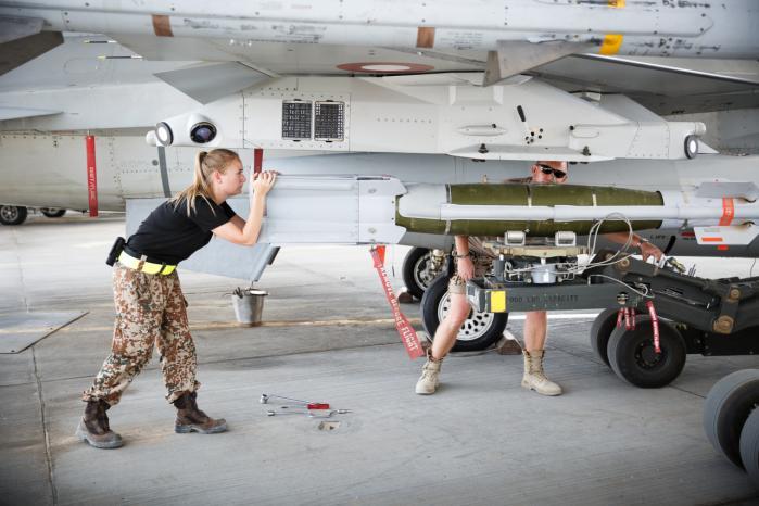 Danske flyteknikere monterer bomber på de danske F-16-fly på Al Jabar Air Base i Kuwait. Den danske indsats i området bliver nu udvidet, så der også kan være missioner, der går ind over grænsen til Syrien.