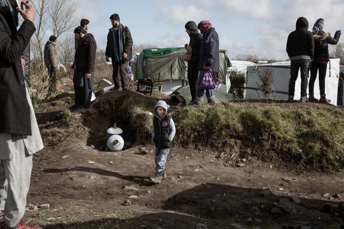 Mens de fleste er optaget af at se på de franske myndigheders rydning af Junglen, har 10-årige Daniel fra Irak fået øje på et par gasflasker. Han foreslår sin far, Naser, at de tager dem med sig, men Naser mener, at der er nogle andre som ejer dem