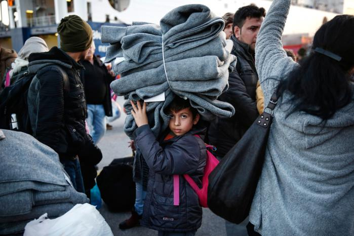 Tusindvis af flygtninge og migranter er strandet i den græske havneby Piræus i nærheden af Athen, mens de venter på resultatet af topmødet mellem EU og Tyrkiet.