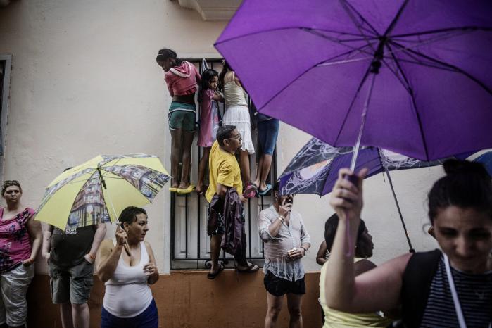 Cubanere i Havanas gader forsøger at få et glimt af USA's præsident, Barack Obama. Ligesom de fleste cubanere er ungkommunisten Ian Pedro Carbonell glad og bevæget over, at Cubas præsident endelig mødes med den amerikanske præsident.
