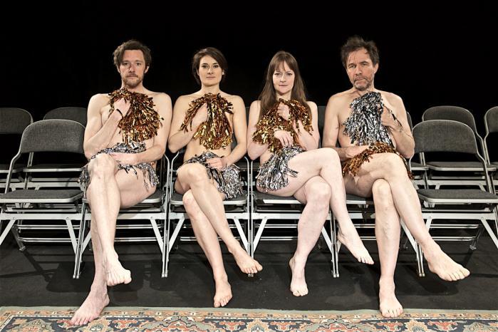 De fire cheerleadere hepper på hinanden i selvudleveringskonkurrencen 'Opvisning i lavt selvværd'.