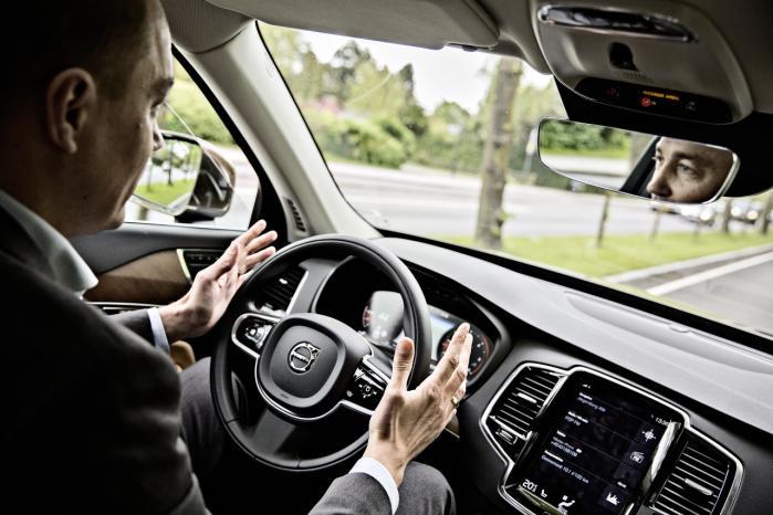 Tidligere transportminister Magnus Heunicke (S) afprøver en af de selvkørende biler, som i en nær fremtid vil kunne erstatte de biler, vi kender i dag. Det skaber nye dilemmaer, som vi bør diskutere, siger eksperter, for efter hvilke kriterier skal de robotdrevne biler redde liv? Arkiv
