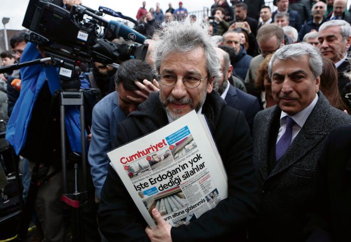 'Jeg gør det, som er normalt: Jeg skriver om det, som befolkningen bør informeres om. Det gør mig ikke til nogen helt,' siger Can Dündar, chefredaktør for det tyrkiske dagblad Cumhuriyet. Han har været fængslet i næsten tre måneder for at have skrevet en artikel om, at Tyrkiet har været involveret våbensmugling over grænsen til Syrien.