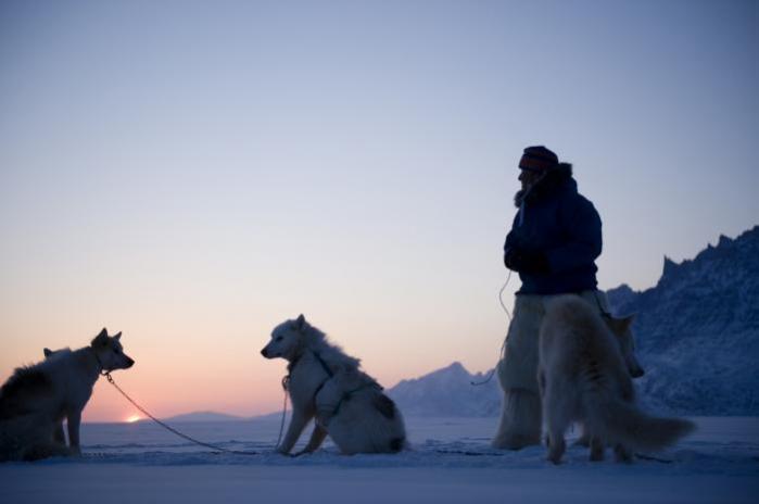 Når jeg besøger Grønland, møder jeg ikke kun en storslået natur, jeg møder også et folk, der er varmt og gæstfrit, men samtidig komplekst og lige så fuld af forskelle som vestjyder og københavnere. I Danmark er det desværre det stereotype, karikerede billede af grønlænderen, der dominerer.
