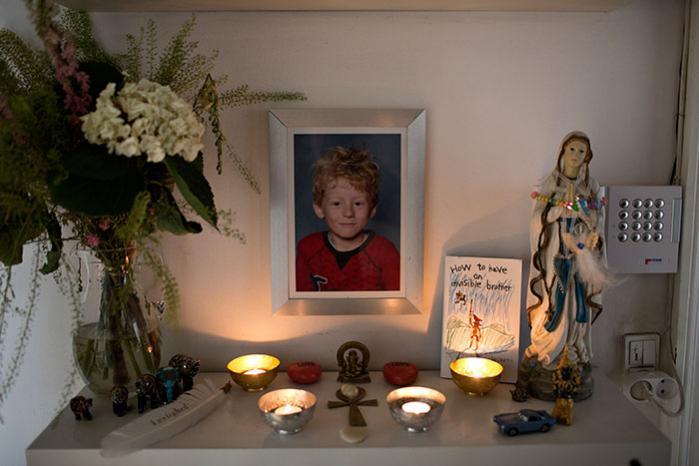 Det kræver rammer og ritualer at leve med de døde, og det er en mangelvare i det danske samfund. Så Esben Kjærs familie har opfundet sine egne. De har bygget et husalter for Sebastian i gangen med et indrammet fotografi, røde roser, en Madonna-statue, et ægyptisk bronzekors og små levende lys.