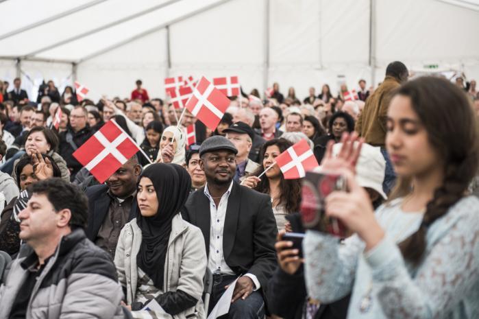 Hvert år fejres nye statsborgere på Christiansborg. En stadig større del af befolkningen er dog afskåret fra at deltage i demokratiet, fordi reglerne i dag er så stramme, at der ifølge dagens kronikør ikke længere findes nogen indfødsret: 'Blod og 'nedarvet kultur' er tykkere end opvækst i Danmark og at gå i danske skoler. Arkiv