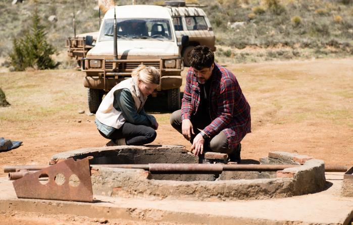 Sophie (Mélanie Thierry) og Membrú (Benicio Del Toro) prøver at fiske et lig op af en brønd i den sorthumoristiske 'A Perfect Day'. Foto: Camera Film