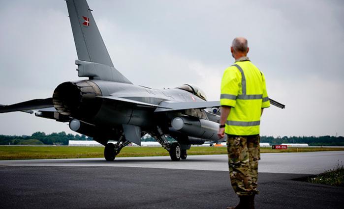 Syv danske F-16 kampfly lettede onsdag fra Flyvestation Skrydstrup med kurs imod Tyrkiet, hvorfra de skal de indgå i koalitionens kamp imod Islamisk Stat. Men er kampfly også fremtidens bedste måde at maksimere Danmarks internationale indflydelse