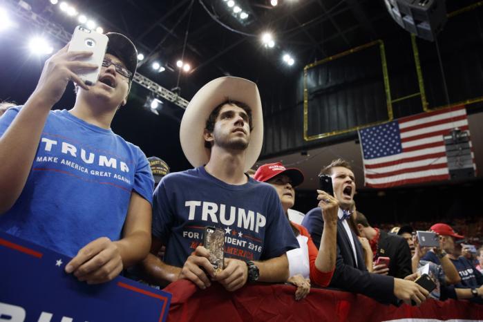 Ifølge forfatteren Frank Browning har Donald Trump formået at udnytte den vrede og utilfredshed, som mange amerikanske mænd føler på grund af tab af magt og prestige.