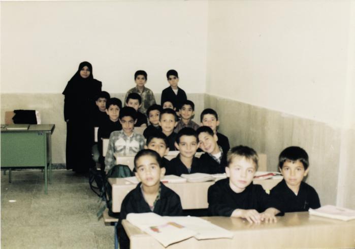Shahin Aakjær (i midten på forreste række) blev af sin far bortført til Iran, hvor han i 1999 gik i en almindelig iransk folkeskole. Privatfoto