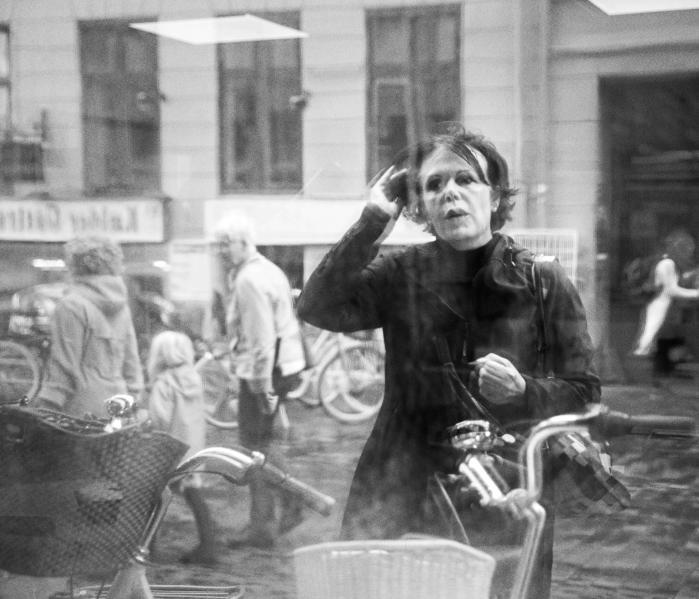'Vivian Maier var er besynderligt menneske med samlermani, mandeangst og voldsomme vredesudbrud,' lyder det fra forfatter Christina Hesselholdt, der i sin bog om den amerikanske fotograf af samme grund har været opmærksom på,at Maier ikke var alenemed sin besynderlighed.